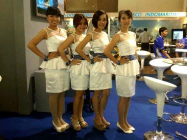 baju seragam spg PSN di Indo defence 2012